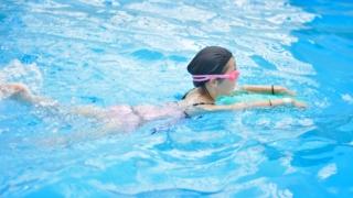 平泳ぎは手足のタイミングが命だ?!